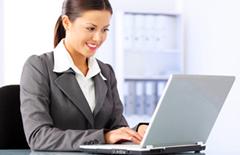 persona usa una computadora para hacer tramites notariales